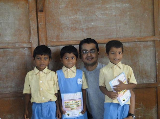 Pradeep with kids from Vidyarambam A head start to HeadStart!